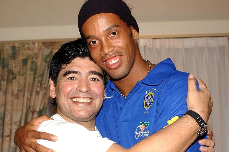 """Diego Maradona y Ronaldinho; el brasileño calificó al argentino como """"más grande de Pelé""""."""