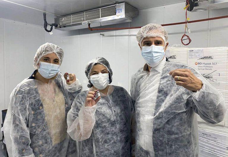 El presidente de Laboratorios Richmond, Marcelo Figueiras, con la ministra de Salud, Carla Vizzotti (centro), y la asesora presidencial, Cecilia Nicolini (izq.), en abril