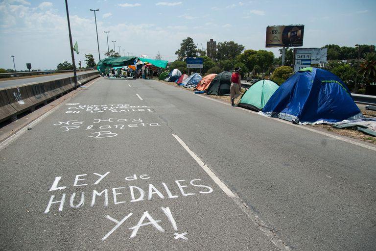Ley de humedales: ambientalistas cortan el puente que une Rosario con Entre Ríos