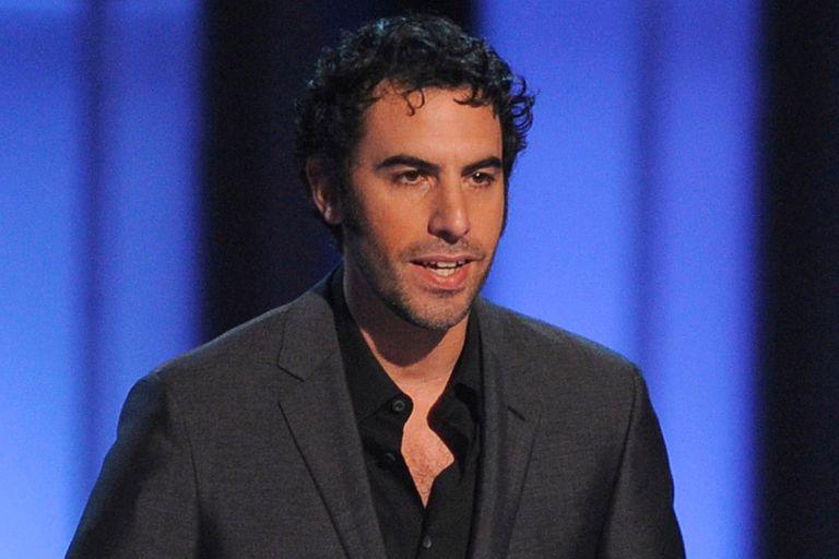 Sacha Baron Cohen cantó canciones racistas en un encuentro de ultraderecha