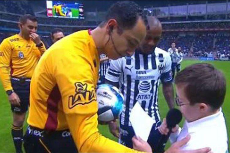 El gesto de un árbitro con un niño con Síndrome de Down que debía leer una carta