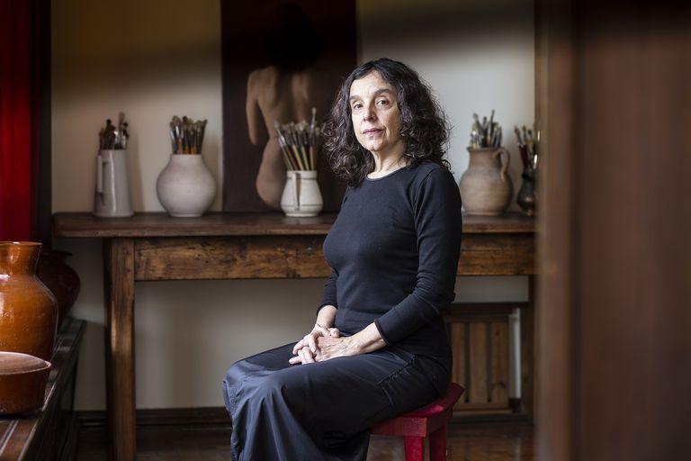 Detrás de la escritora, traductora y modelo, el cuadro Teresa, pintado por Lascano en diciembre último