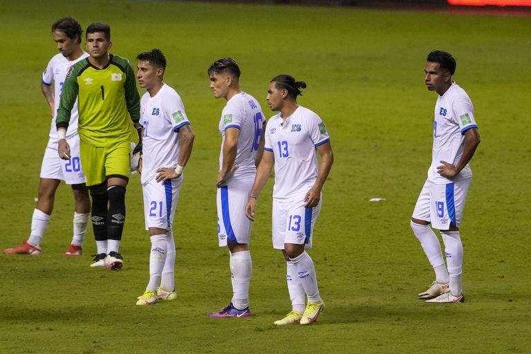 Los jugadores de El Salvador tras la derrota 2-1 ante Costa Rica por las eliminatorias mundialistas, el domingo 10 de octubre de 2021, en San José. (AP Foto/Moisés Castillo)