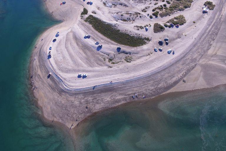 En la punta de la península Villarino, al bajar la marea deja piletas naturales con aguas híper cristalinas, con una temperatura de 22 grados