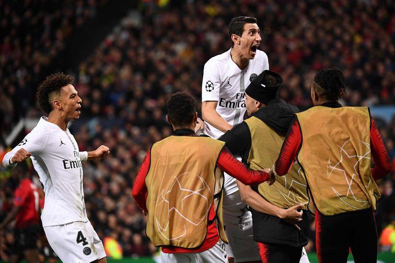 Di María festeja un gol de cara a los hinchas de Manchester en Old Trafford