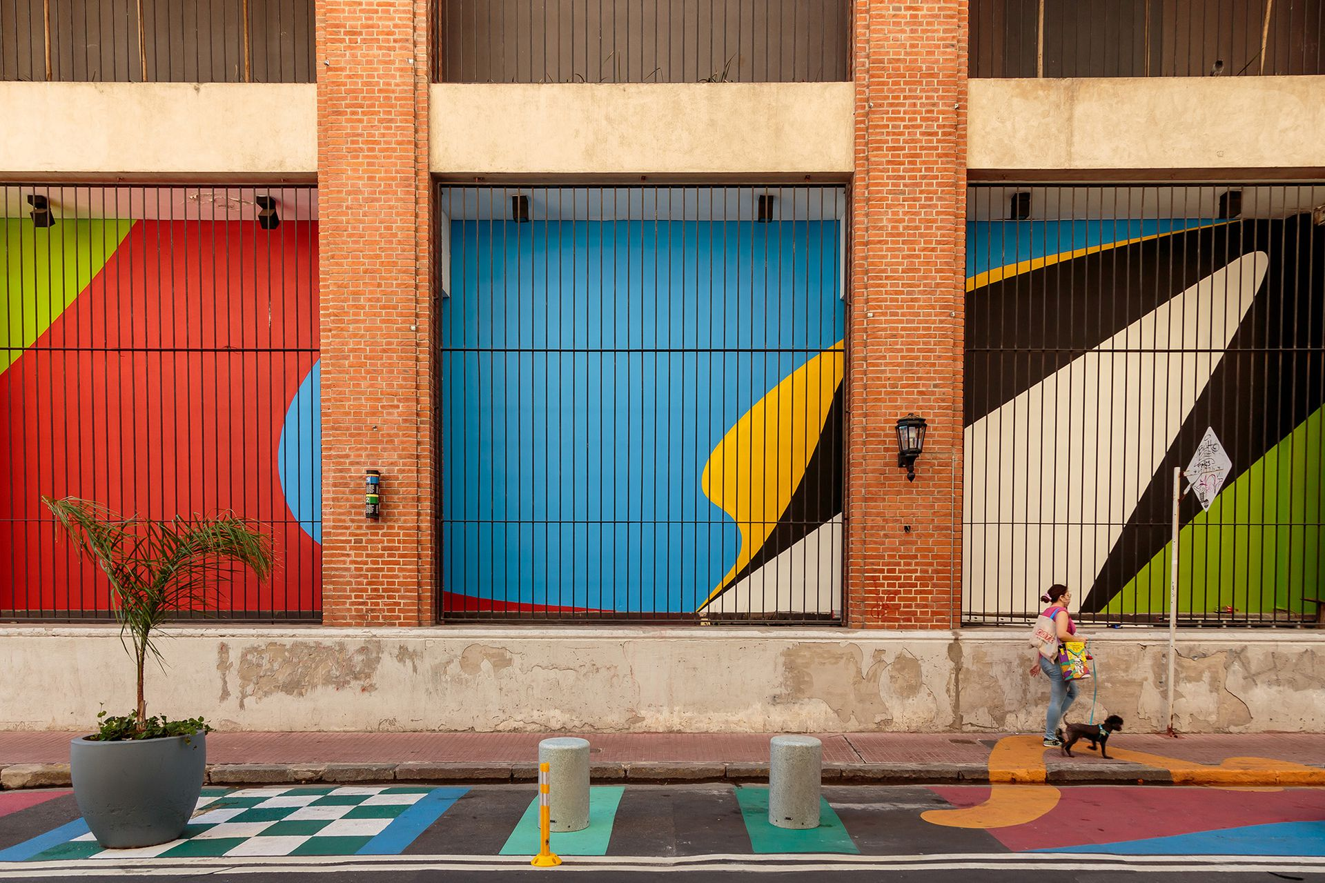Detalle del mural de Elián Chali sobre la fachada del Moderno