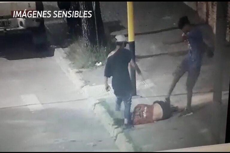 Video. Violento ataque de dos adolescentes a un malabarista en Pergamino