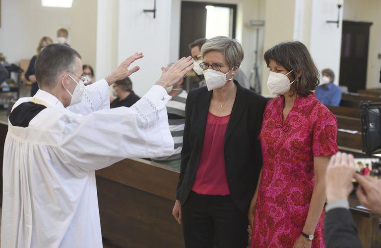 El vicario Wolfgang Rothe bendice a la pareja formada por Christine Walter y Almut Muensteren la iglesia de San Benedicto en Múnich