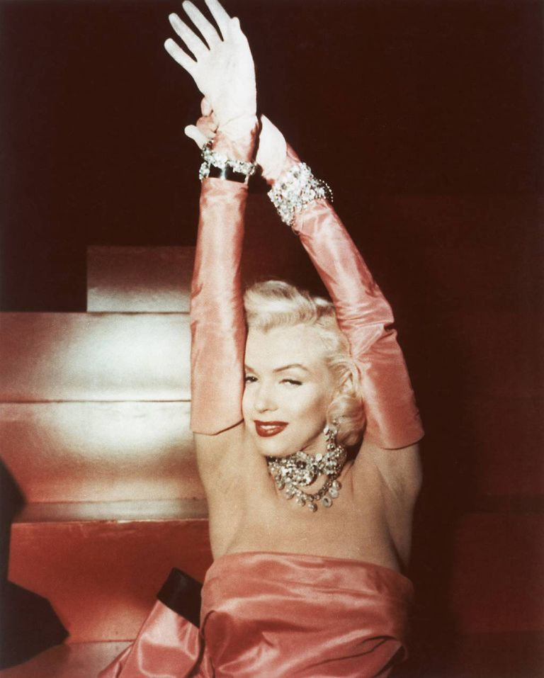 """Marilyn Monroe cantando """"Los diamantes son los mejores amigos de una chica"""" en una escena del film 'Los caballeros las prefieren rubias', de 1953"""