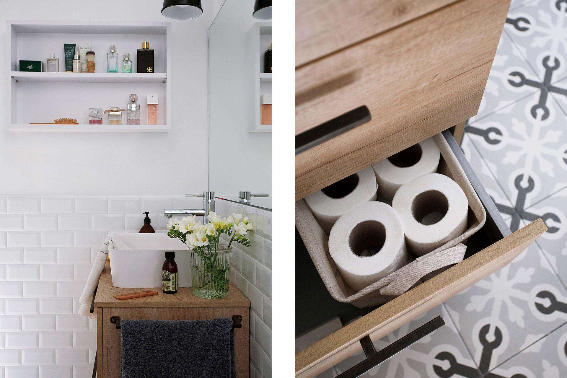 Azulejos biselados y mosaicos calcáreos (Vives) cambiaron radicalmente el baño. Se incorporó un mueble de madera con una bacha de apoyo y grifería 'Galindo by Presto'. Espejo sin marco y toalla de hilo (Materia).