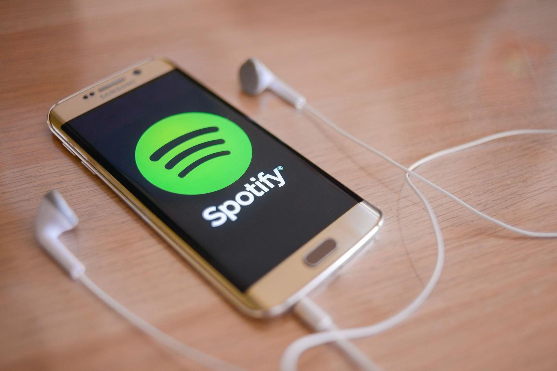 Un usuario de Bulgaria creo 1200 cuentas para escuchar en loop listados de canciones que le reportaban ganancias. No pudo ser penado.