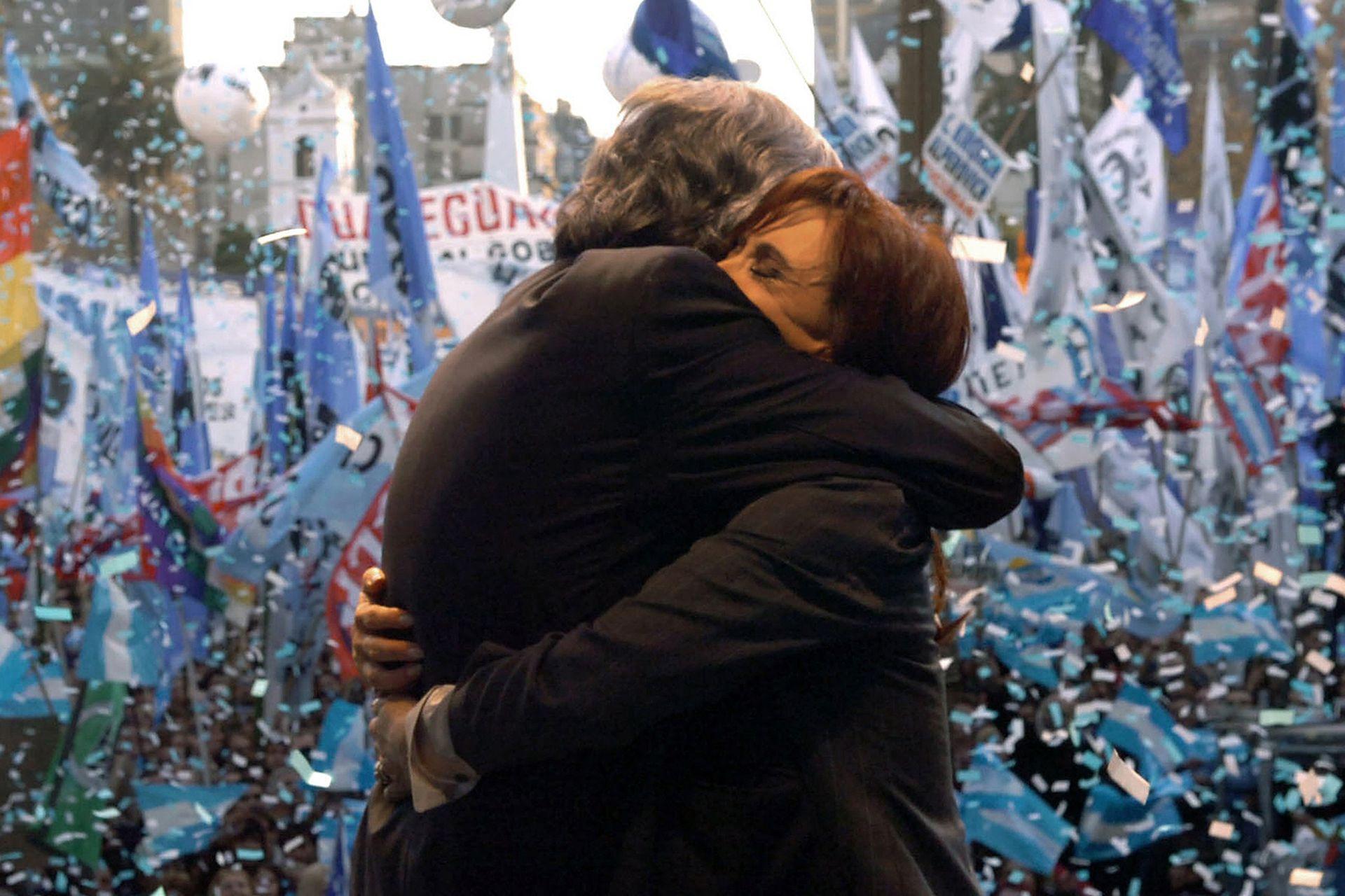 Néstor Kirchner abraza a Cristina Fernández al finalizar un acto en Plaza de Mayo en contra de las movilizaciones del campo