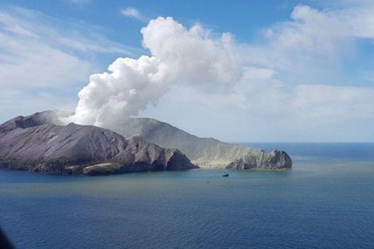 Este martes todavía podía verse una humareda procedente del volcán