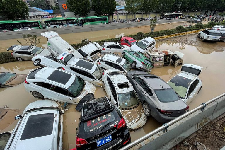 Los autos se hunden después de que las fuertes lluvias azotaran la ciudad de Zhengzhou en la provincia central china de Henan el 21 de julio de 2021