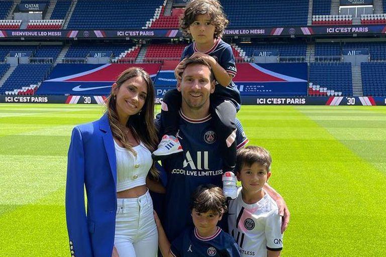 Antonela Roccuzzo y Lionel Messi con sus tres hijos en el Parque de los Príncipes