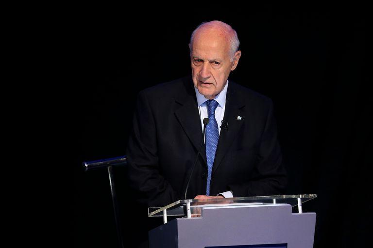 Roberto Lavagna escucha atento la exposición de otros de los candidatos durante el debate