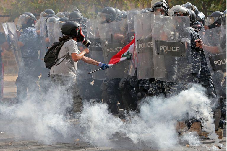 Explosión en Beirut: tras la protesta, el premier llama a elecciones anticipadas
