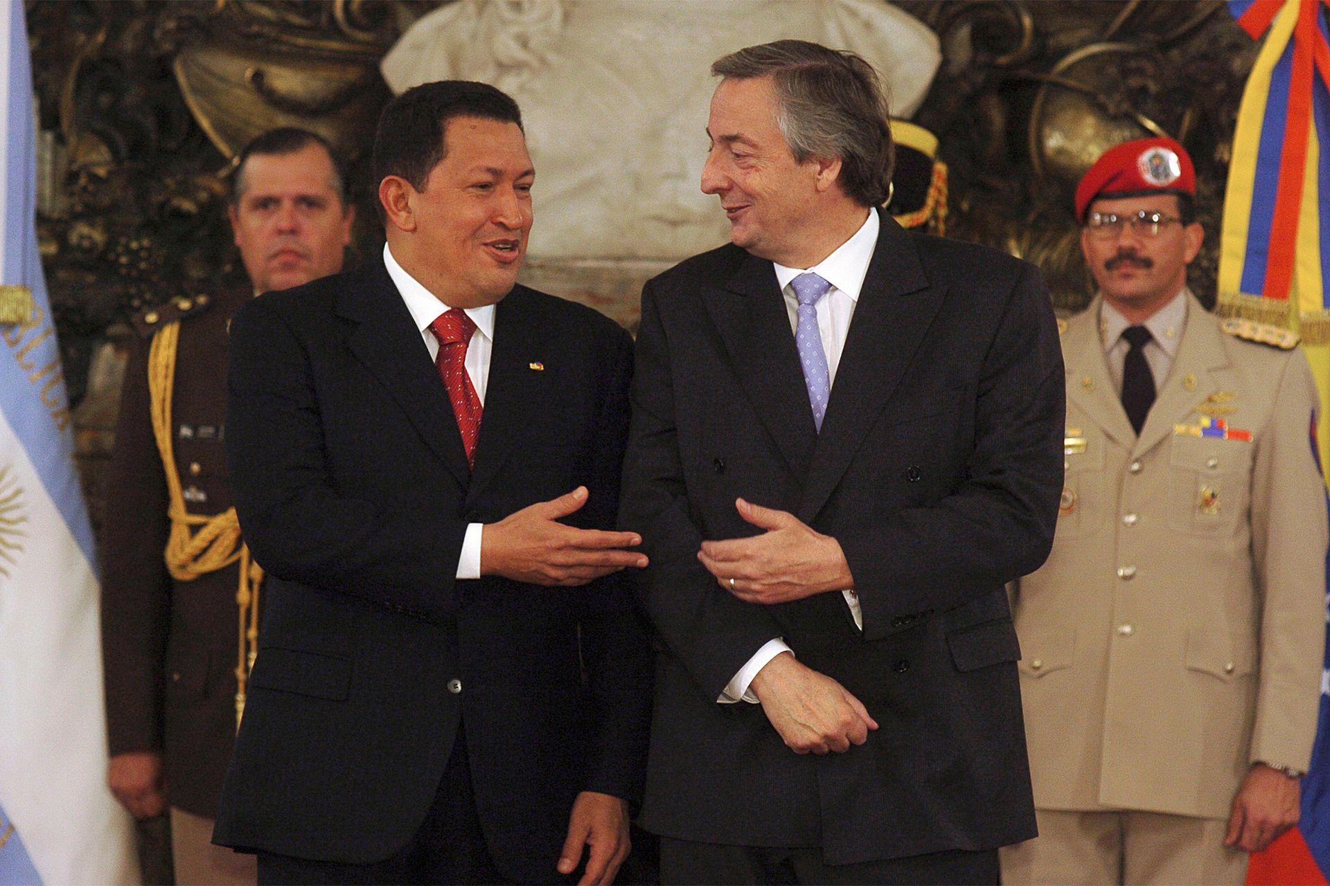 Néstor Kirchner recibe a Hugo Chavez en febrero de 2005
