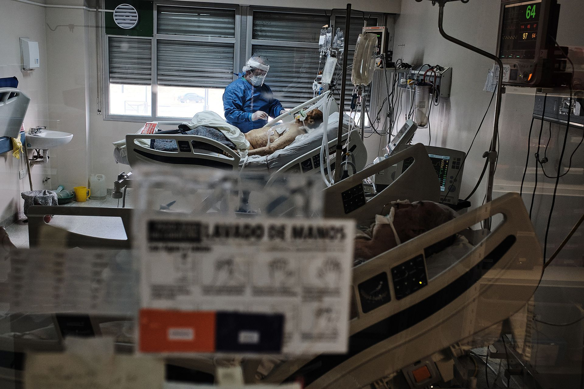 Un enfermero atiende un paciente intubado en una de las salas del hospital Balestrini
