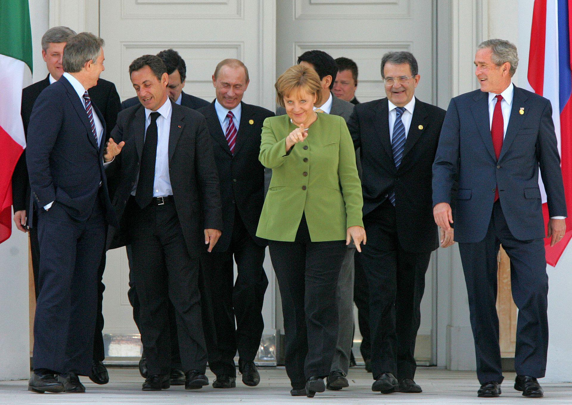 Merkel, rodeada de hombres, el 7 de junio de 2007: estaba junto a George Bush (EE.UU.), Romano Prodi (Italia), Shinzo Abe (Japón), Vladimir Putin (Rusia), Nicolas Sarkozy (Francia), José Manuel Barroso (UE), Tony Blair (Gran Bretaña) y Stephen Harper (Canadá), durante la cumbre del G8 en Heiligendamm, Alemania