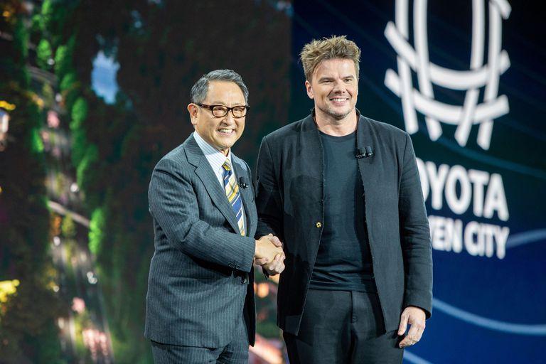 Akio Toyoda, CEO de Toyota, junto al arquitecto Bjarke Ingels al presentar Woven City