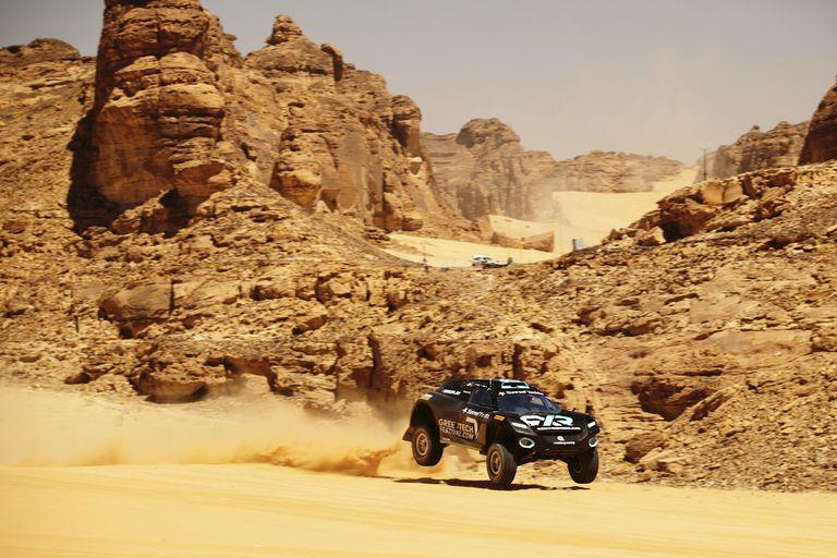 Los autos de la Extreme E se preparan para iniciar el primer torneo de la categoría, que busca concientizar en temas ecológicos, en el desierto de Arabia Saudita.