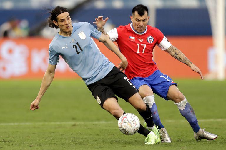 Edinson Cavani y Gary Medel, un duelo entre dos gladiadores que se repitió en el empate 1-1 entre Uruguay y Chile, por la tercera fecha del Grupo A de la Copa América