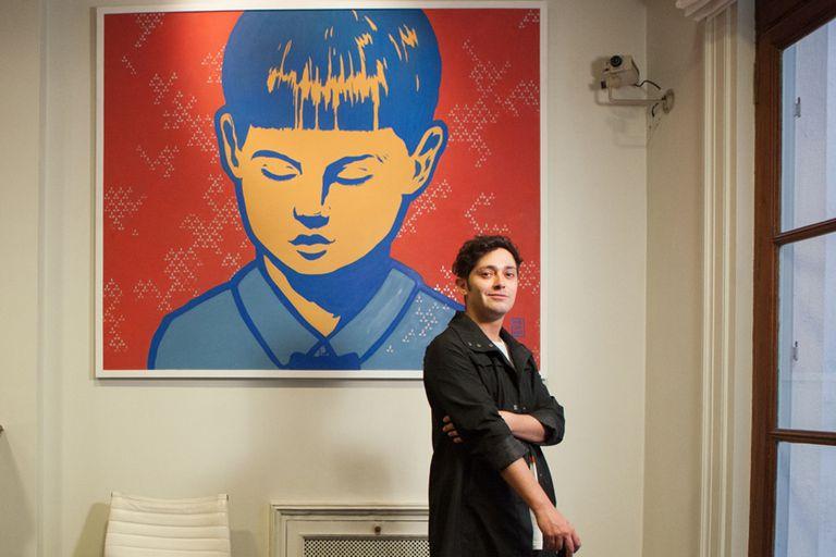 El artista Diego Roa hizo ruido con la serie de caras de niños que pintó primero en tachos de basura y luego en formato de cuadro