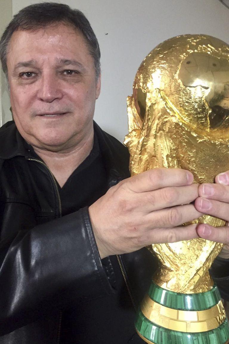 """Bertoni es uno de los 44 argentinos campeones del mundo que sabe lo que pesa la Copa del Mundo: 6,140 kilogramos; """"La selección de Scaloni no juega con las ideas de Menotti"""", avisa el ex delantero"""