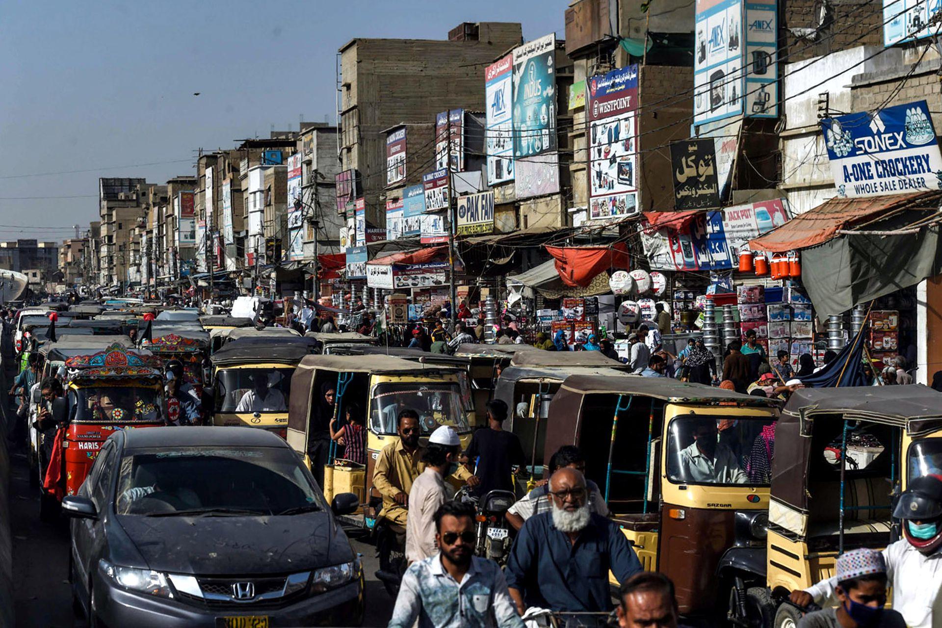 Los musulmanes de Asia han colmado bazares y mercados mientras se preparan para el feriado anual de Eid al-Fitr, ignorando las pautas para prevenir el coronavirus. En la foto se muestra un embotellamiento en Karachi