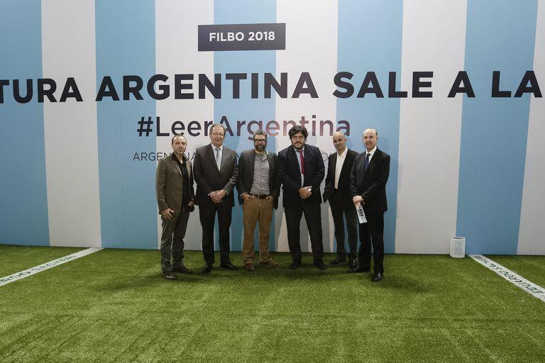 """El director de la Biblioteca Nacional, dijo que el stand argentino es """"un absurdo gesto de populismo""""; ayer dio una charla en el lugar"""