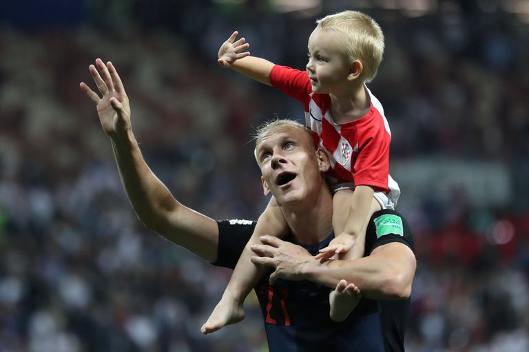 Domagoj Vida, en el festejo final por el subcampeonato con su hijo, tras caer ante Francia en la definición de Rusia 2018