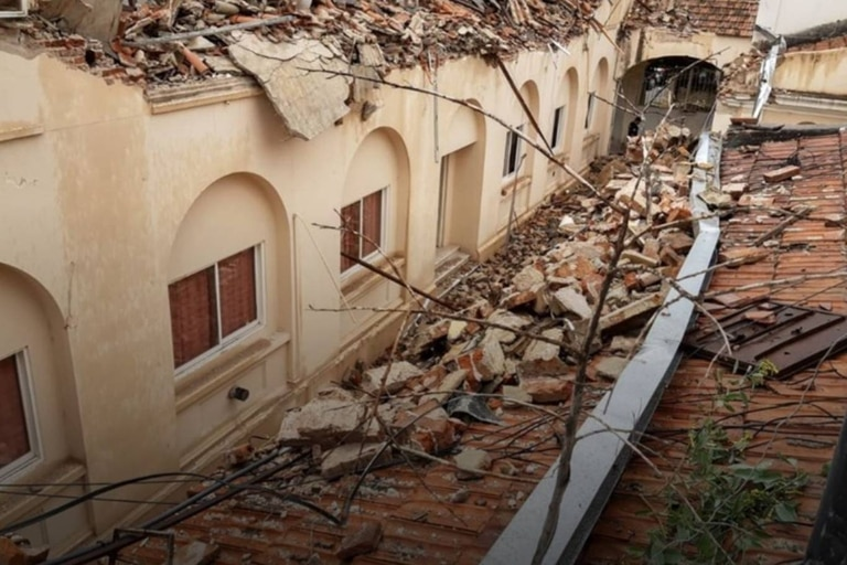 La caída de techos y paredes se produjo en el Hospital Misericordia, en el barrio Güemes de la capital cordobesa, y, a pesar de la magnitud del colapso, no se registraron víctimas