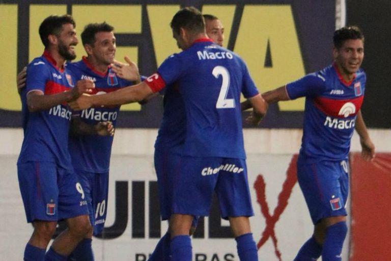 Dening marcó los tres goles de Tigre frente a Chacarita