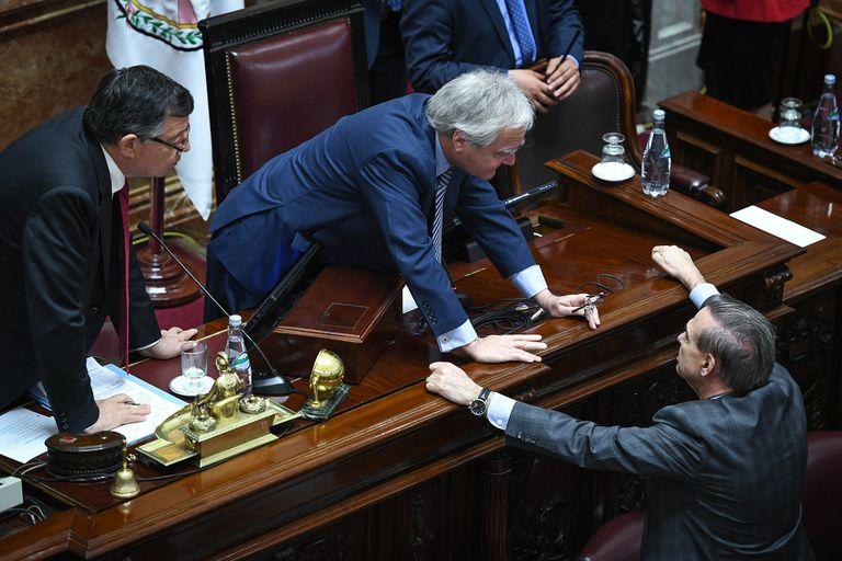El oficialista Federico Pinedo y el peronista Miguel Pichetto acordaron empezar la semana próxima con las exposiciones de los ministros