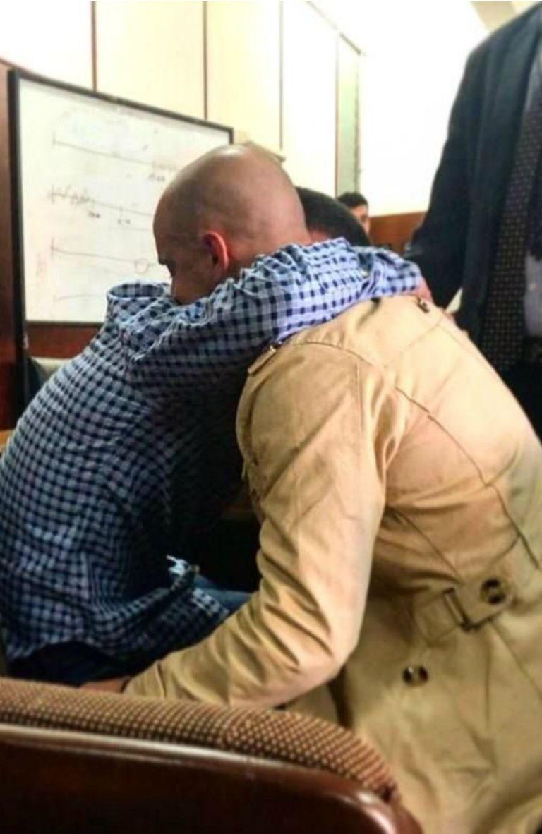El abrazo emocionado entre el abogado defensor y el joven declarado inocente