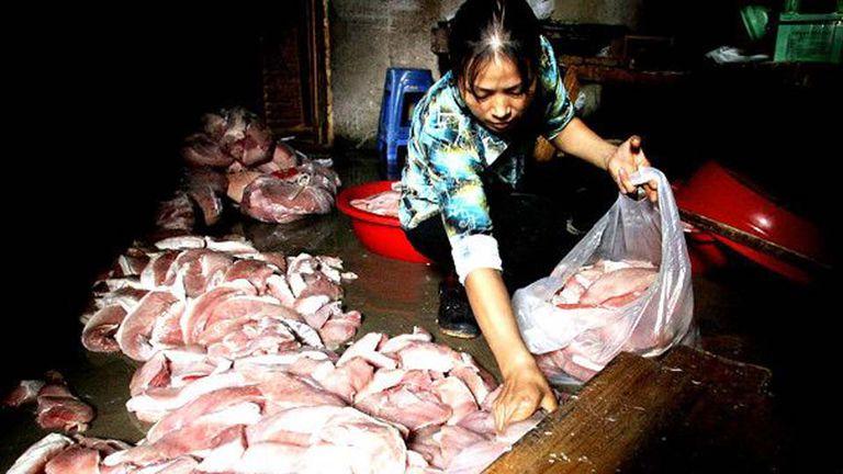 Carne en mal estado es retirada de un comercio en la provincia de Fujian. China se ha vito envuelta en varios escándalos relacionados con la calidad de sus productos cárnicos en los últimos años