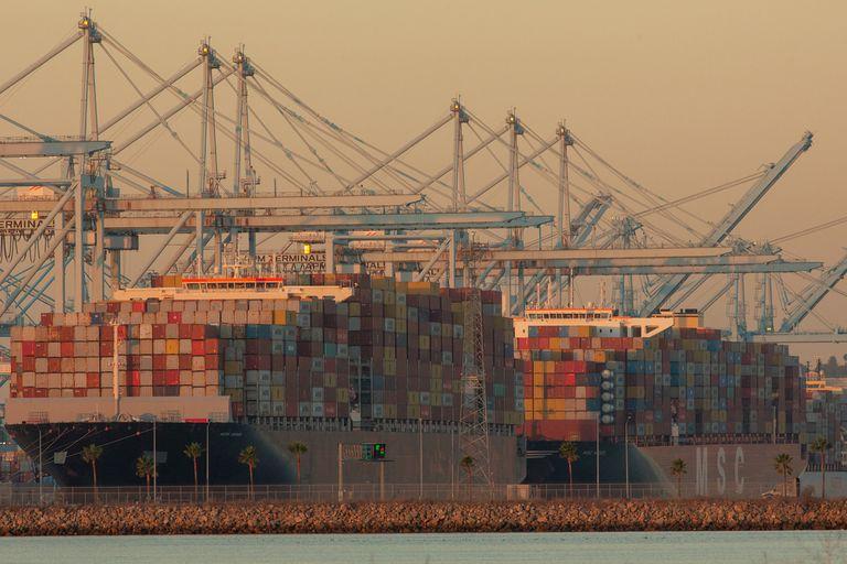 Biden pone a trabajar a los puertos 24 horas por día