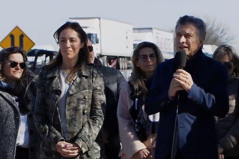 El presidente y la gobernadora bonaerense hablaron al costado de la ruta 51, en Olavarría