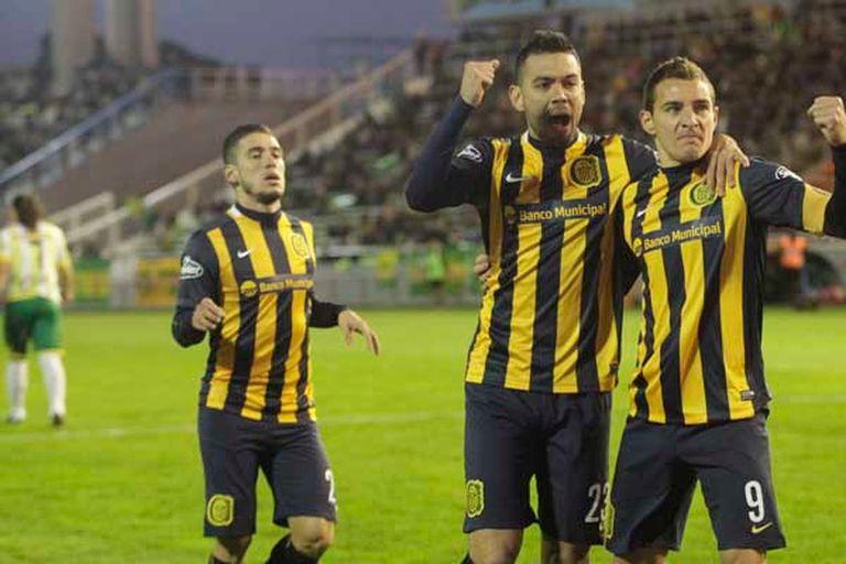 Marco Ruben festeja su gol con Nery Domínguez