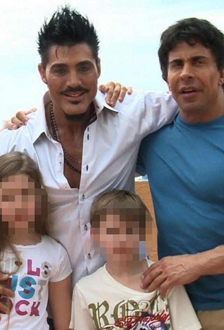 Ricardo Fort junto a sus hijos y a Gustavo Martínez
