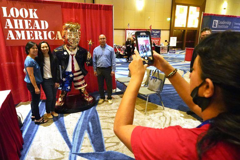 Una estatua dorada de Trump, la principal atracción para selfies entre los asistentes a la conferencia conservadora