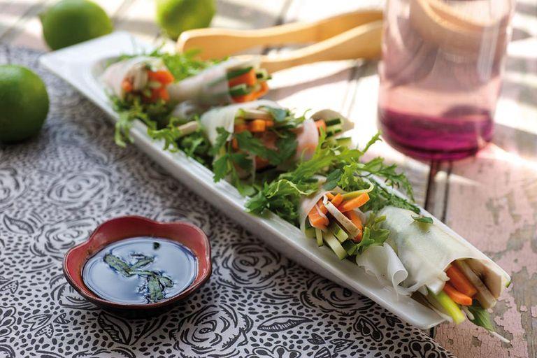 Rolls de vegetales en papel de arroz con vinagreta ponzu