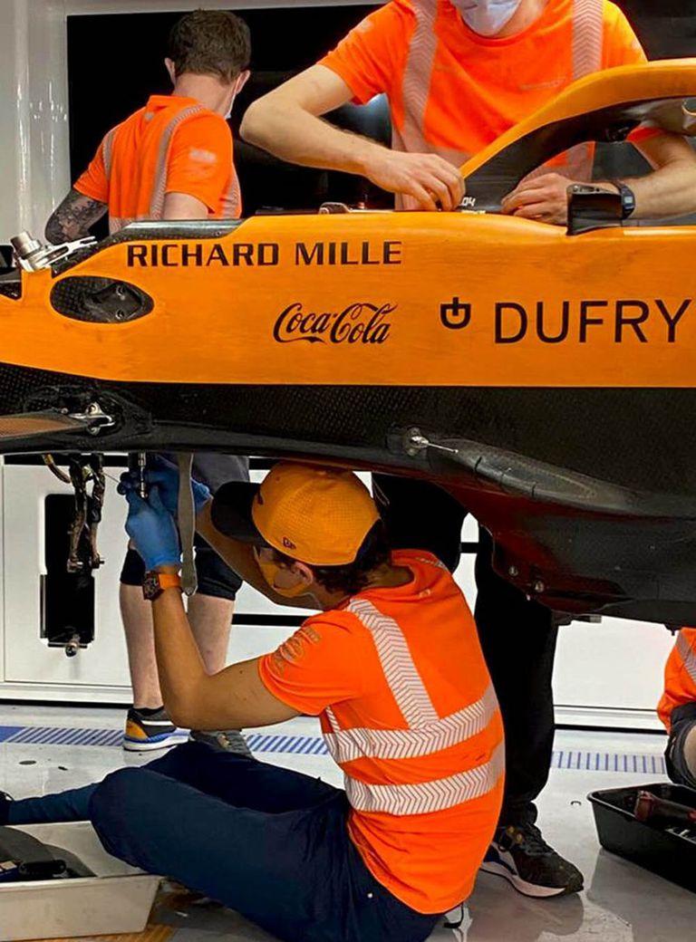 Lando Norris desarma el auto de Fórmula 1 con ingenieros y mecánicos de McLaren, una señal de cómo el británico forjó la relación con el resto del equipo de Woking