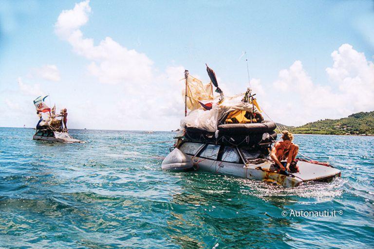 Los autonautas Marco Amoretti y Marco De Candia llegaron a Martinica el 31 de agosto de 1999 luego de navegar a la deriva durante 119 días