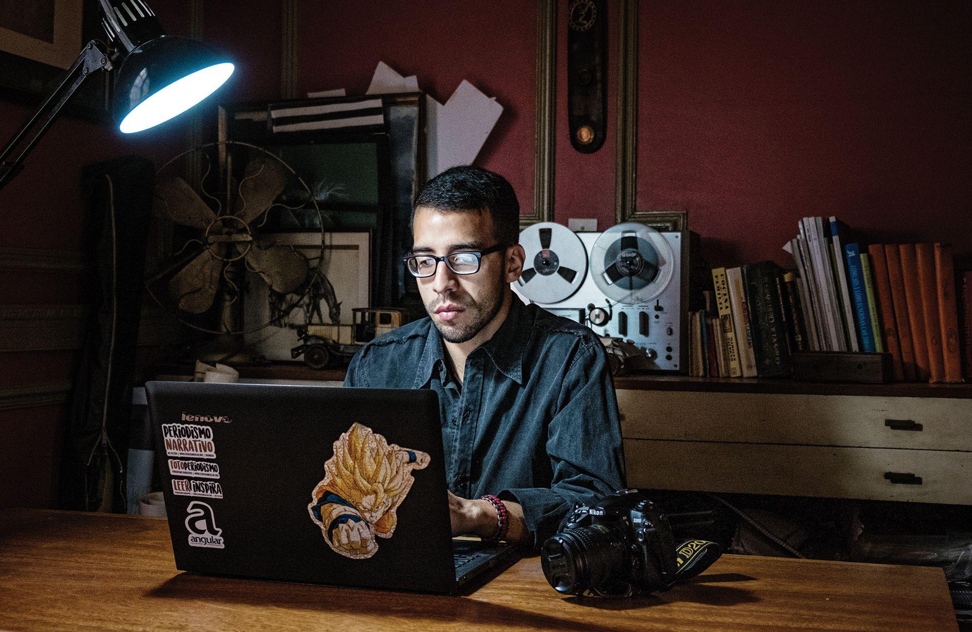 Nolan Rada. Es periodista y fotógrafo. Desde que llegó a Buenos Aires, hace más de un año, trabajó construyendo decks y aprendió a cocinar hamburguesas para enviar dinero y medicina a los suyos. Tiene 26 años