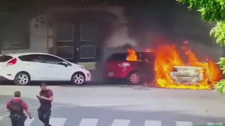 Así explotó el taxi incendiado en Recoleta tras circular en llamas