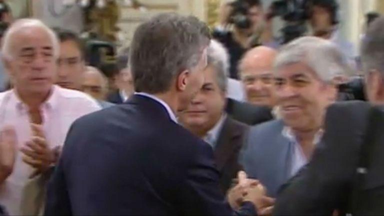 Moyano fue el primer gremialista al que saludó Macri