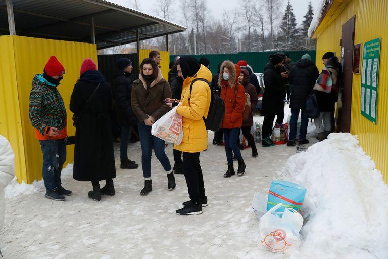 Familiares de los detenidos se acercan a las cárceles para llevarles comida y abrigo
