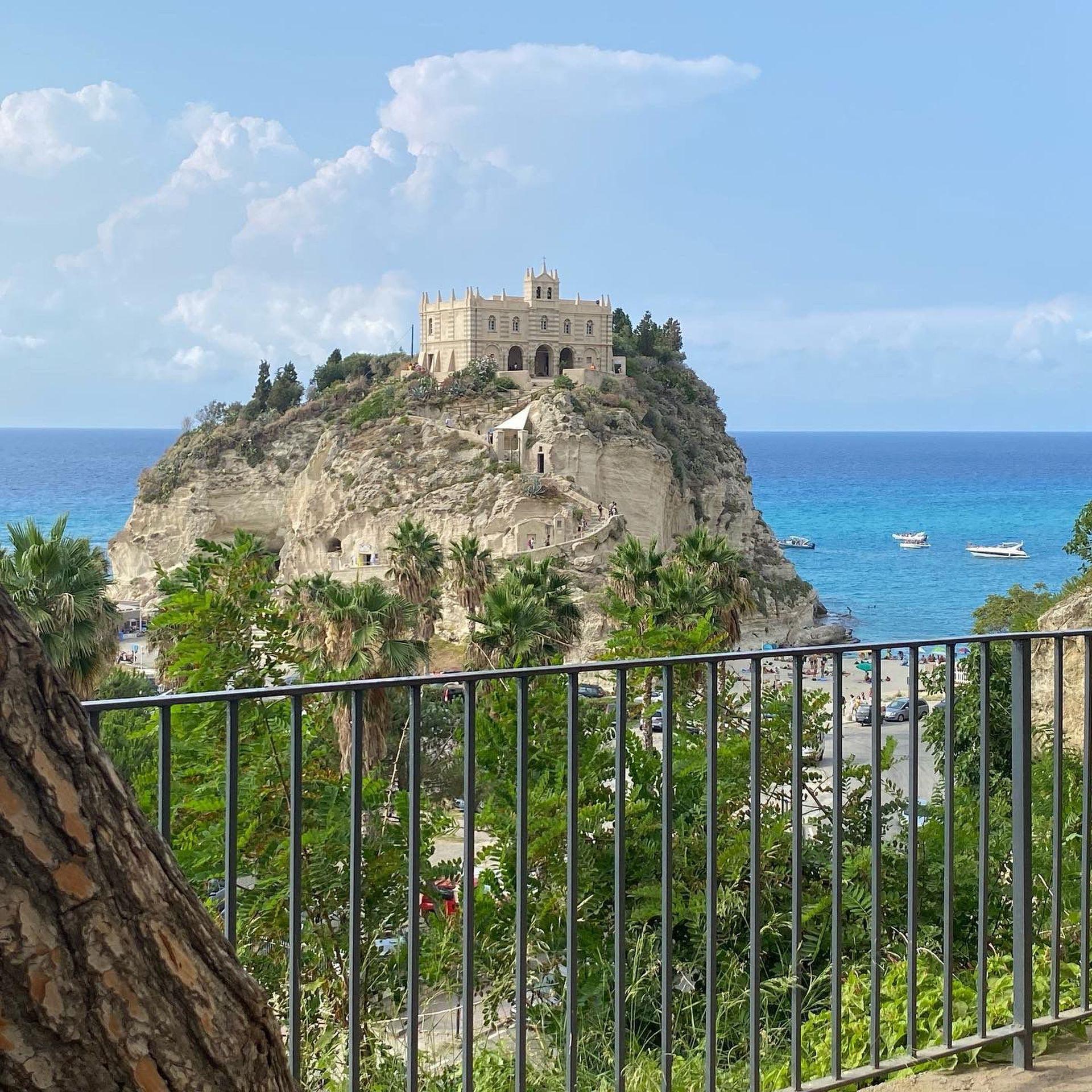 Vistas alucinantes y playas paradisíacas cerca de los pueblitos italianos que venden casas a 1 euro